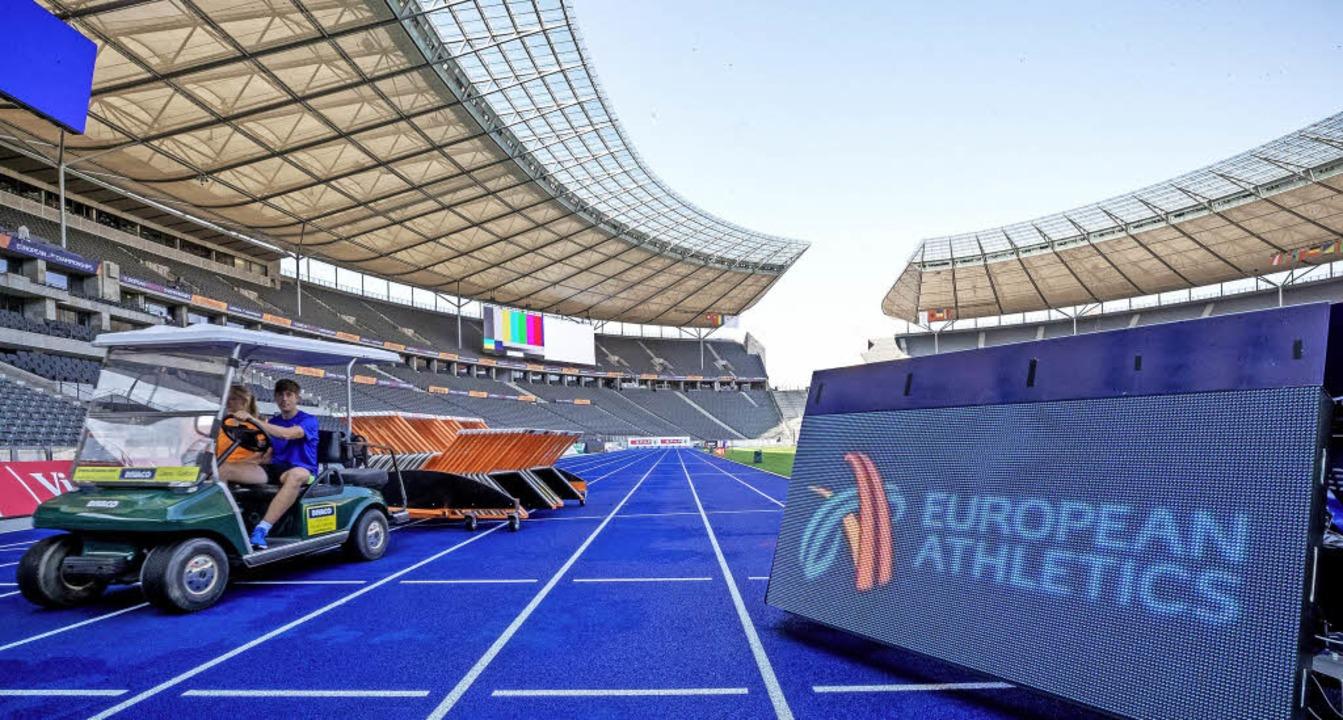 Berlin sieht blau: Von diesem Montag a...ropas im Olympiastadion an den Start.   | Foto: DPA