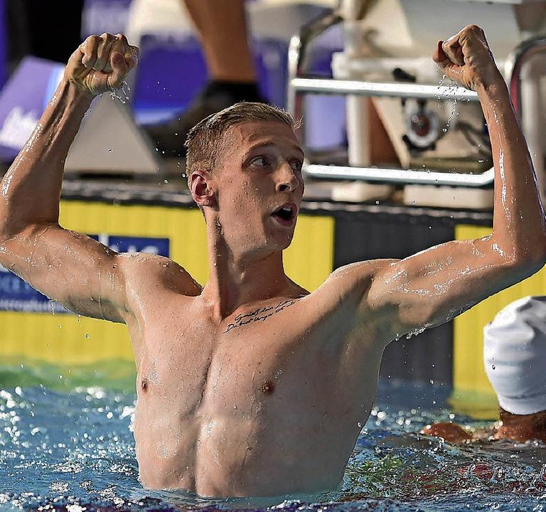 Florian Wellbrock zeigt Muskeln.   | Foto: dpa