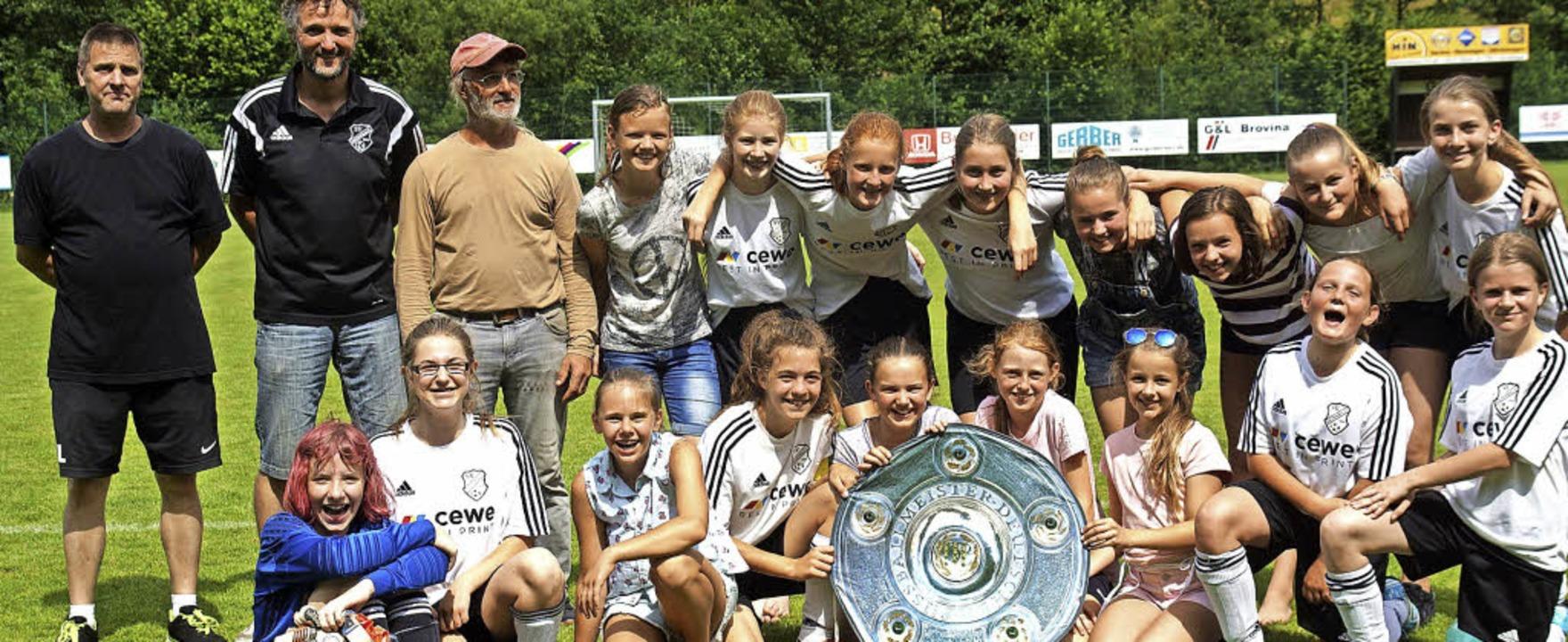 Die D1- und D2-Mädchen des SVB mit den...it wurden beide Teams gleich Meister.   | Foto:  Verein