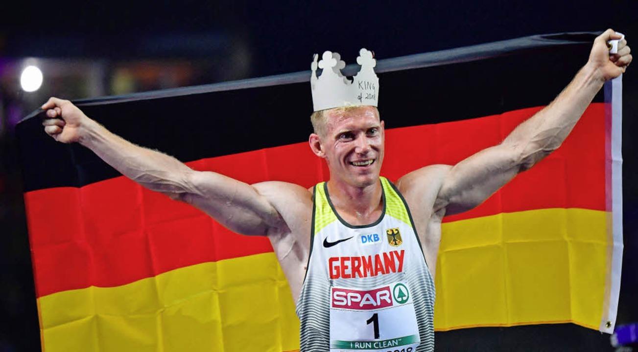Zehnkampf-König mit Pappkrone: Arthur Abele   | Foto: Afp, dpa (2)
