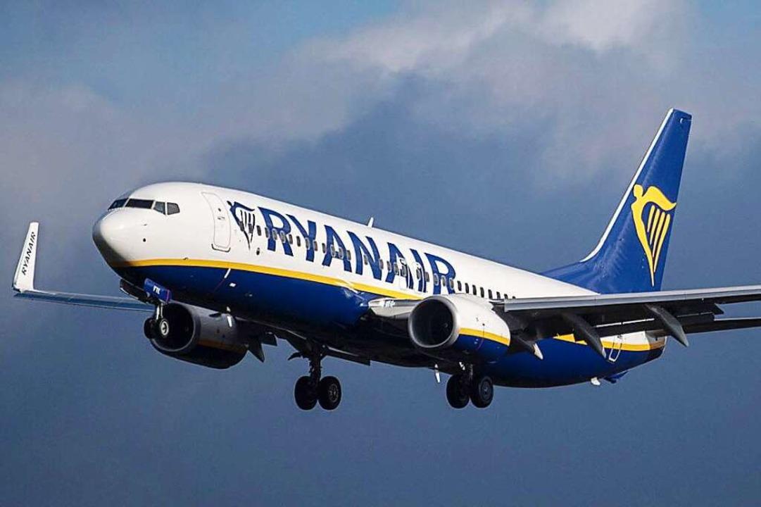 Ein Flugzeug der Billigfluglinie Ryanair in der Luft  | Foto: dpa