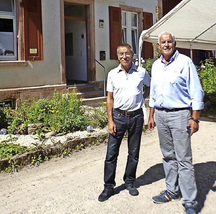 Rainer Stickelberger (rechts) schlende...bei einige Stationen in Augenschein.    | Foto: ZVG