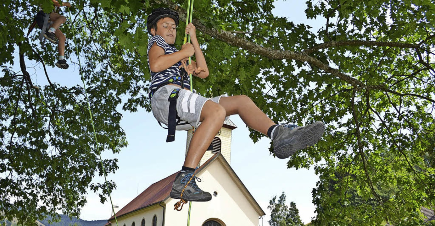 <BZ-FotoAnlauf>Kletteraktion in Wieden...e Kindern viel Freude am Kletterseil.   | Foto: paul berger,Fritz Krutz (AV)