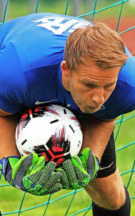 Ein Mann, der den Ball im Griff hat: N...okalrunde gegen den FC 08 Villingen.    | Foto: wolfgang scheu