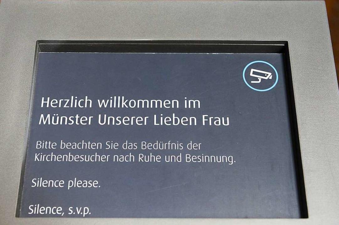 Schilder weisen die Besucherinnen und ...8211; mit einem kleinen Kamera-Symbol.  | Foto: Ingo Schneider