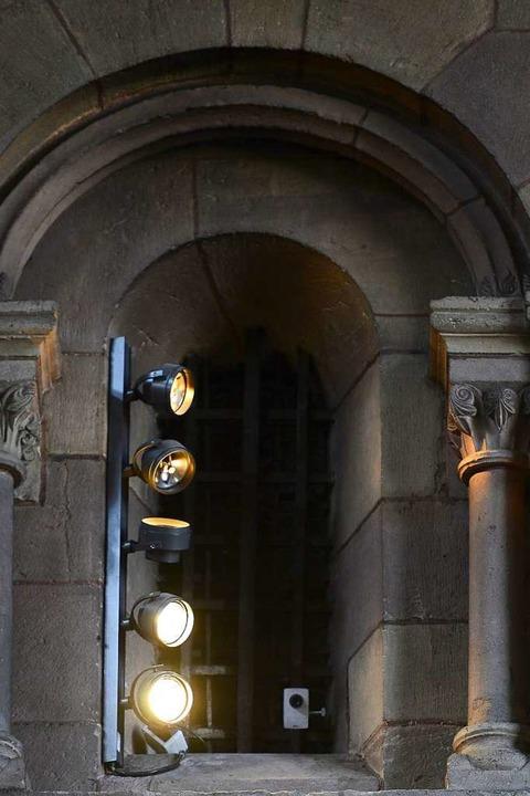 Kaum zu sehen: Videokamera in einer Seitenkapelle des Münster.  | Foto: Ingo Schneider