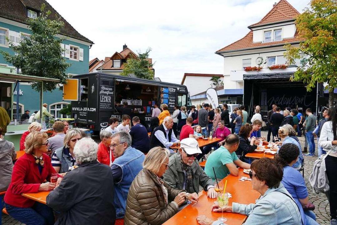In den Trucks werden die international...ten frisch für die Kunden zubereitet.   | Foto: Susanne Müller
