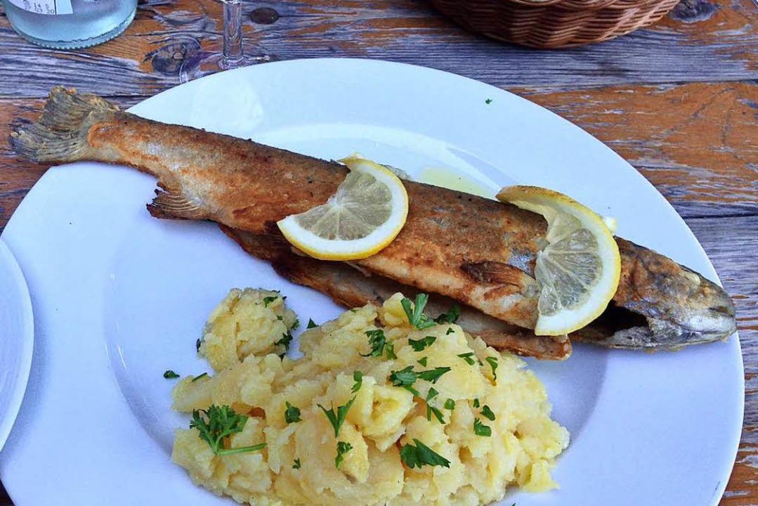 Forelle mit Kartoffelsalat ist eine der Spezialitäten im Kreiterhof bei Kandern.  | Foto:  gef
