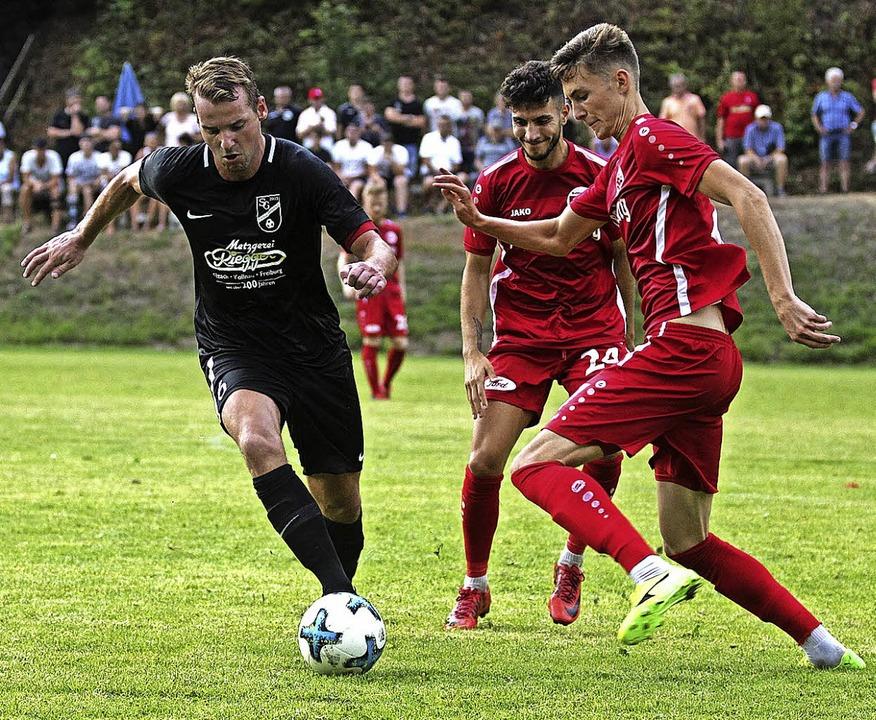 Beim SBFV-Pokalspiel in Oberprechtal: ...vor Felix Higl (Bahlinger SC, rechts).  | Foto: Daniel Fleig