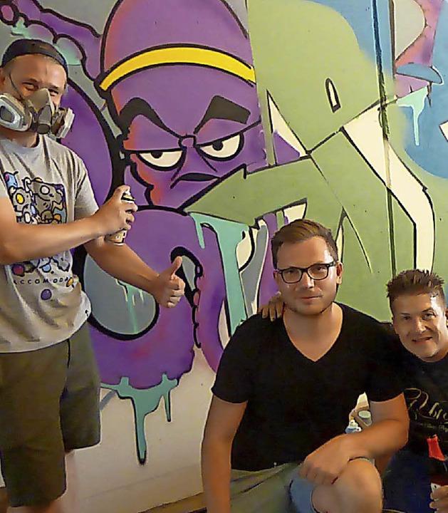 Stadtjugendreferent Jan Fischer (Mitte) mit zwei Graffiti-Künstlern  | Foto: Anne Freyer