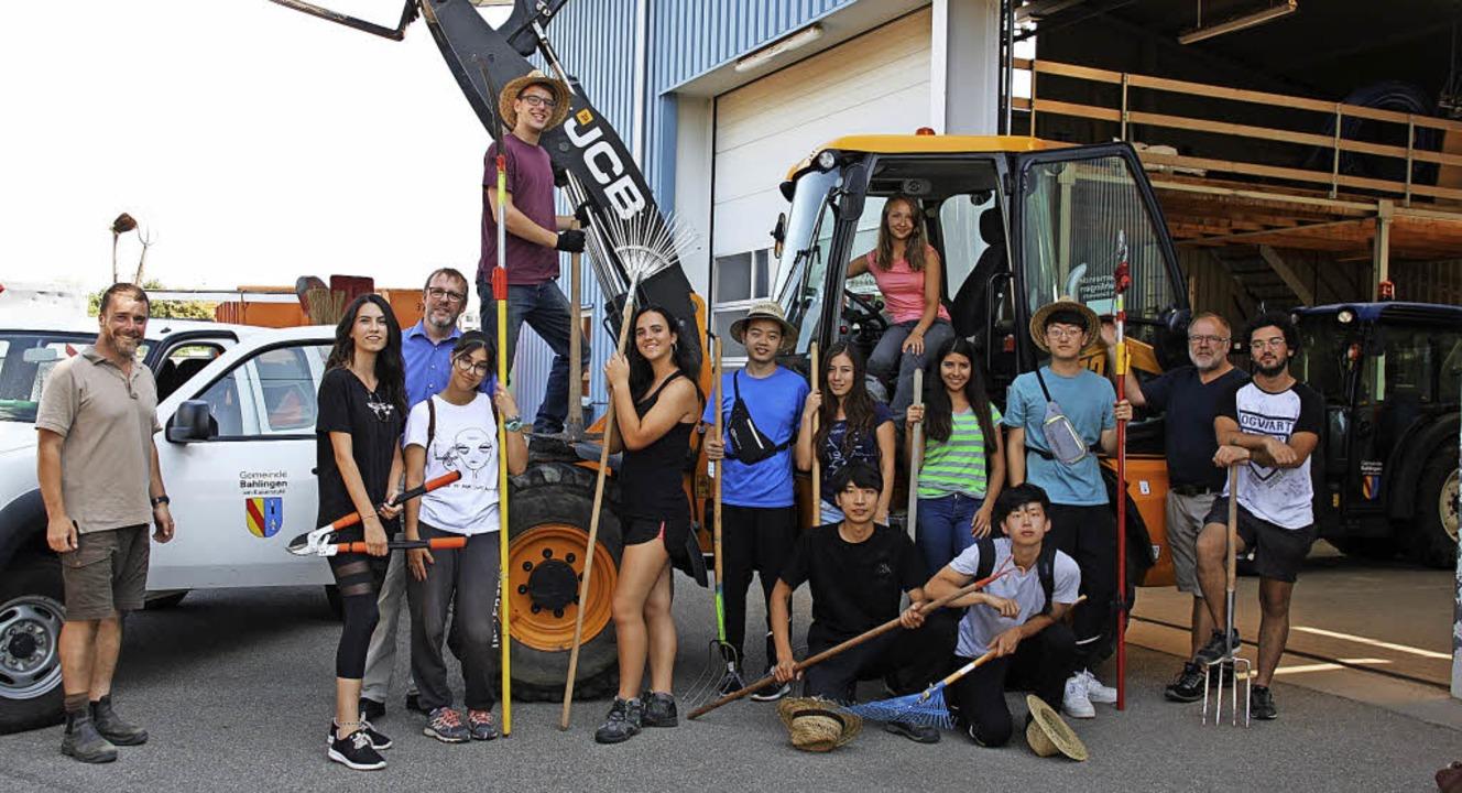 Gruppenfoto  der Workcamp-Teilnehmer z...und Landschaftsförster Fabian Meyer.    | Foto: Christiane Franz