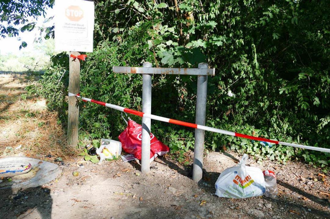 Neue, zweisprachige Schilder stellen a...schaftsschutzgebiet teuer werden kann.  | Foto: Victoria Langelott