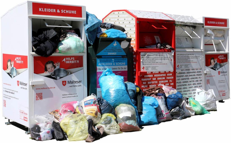 Überfüllte Altkleider-Container sind  keine Seltenheit.  | Foto: Ruth Seitz