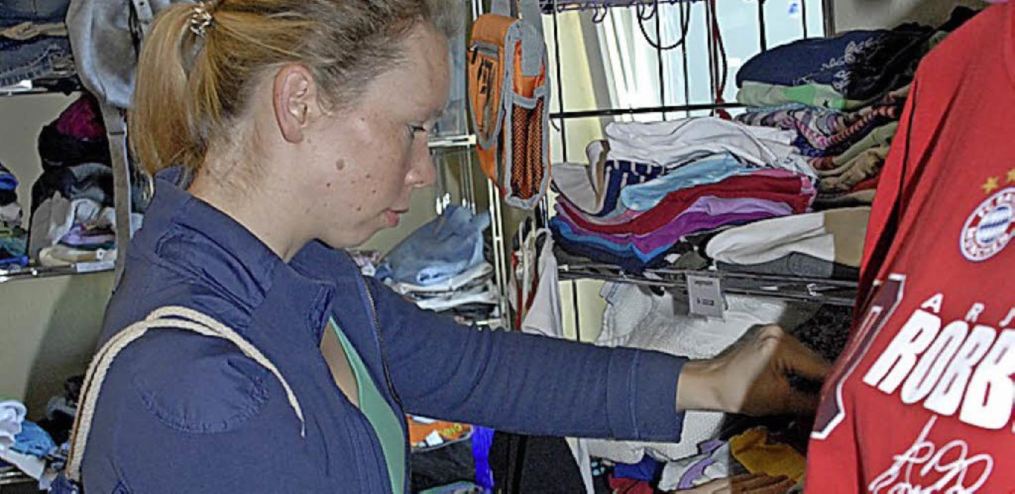 Kundin in einem Secondhand-Laden in Rheinfelden   | Foto: Leony Stabla