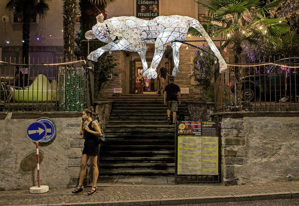 Den Eingang zum Kino Teatro Paravento ...ht während des Festivals ein Leopard.   | Foto: dpa