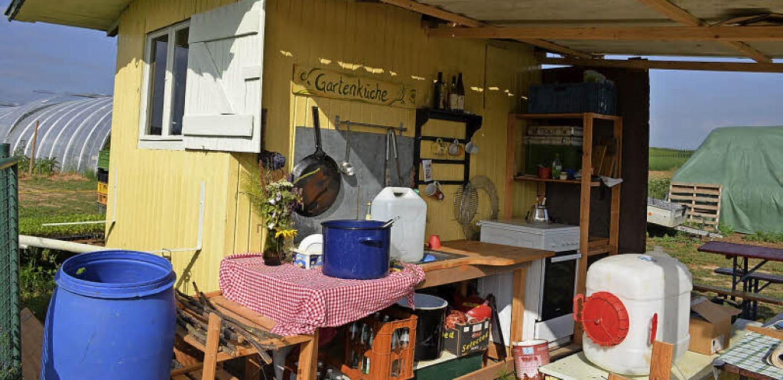 Ein umgebauter Bauwagen dient als Gartenküche auf dem Feld.  | Foto: Gabriele Hennicke