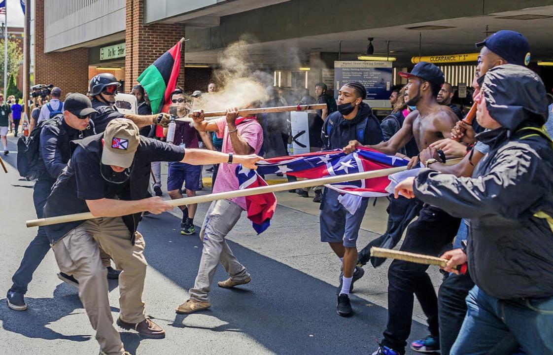 Rechtsextremisten gegen Gegendemonstranten: Charlottesville am 12. August 2017  | Foto: dpa