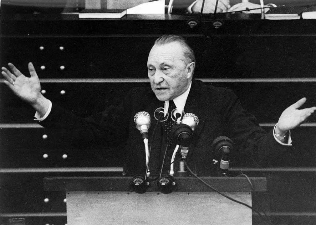 Er gilt als führungsstärkster Kanzler der Bundesrepublik: Konrad Adenauer  | Foto: dpa