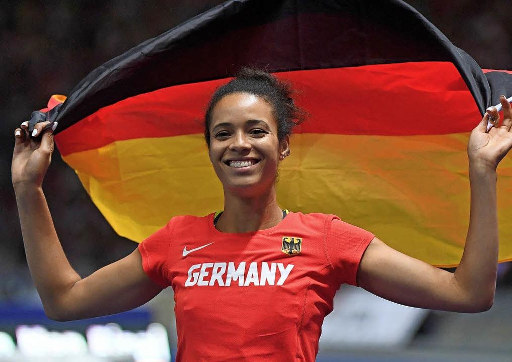 Marie Laurence Jungfleisch freut sich ...ille – mit der deutschen Fahne.   | Foto: dpa