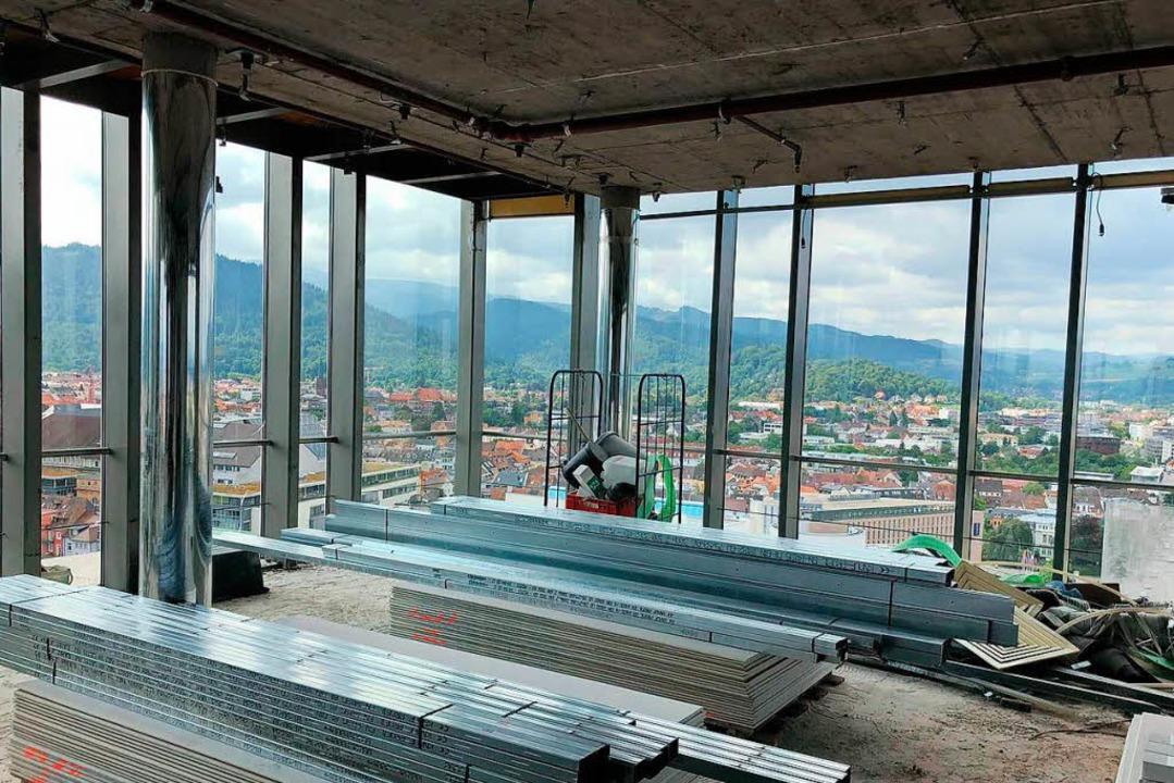 Der 17. und 18. Stock des Bahnhofturms...aia, Valentin Rogg und Didi Broscheit.  | Foto: Pino Raia