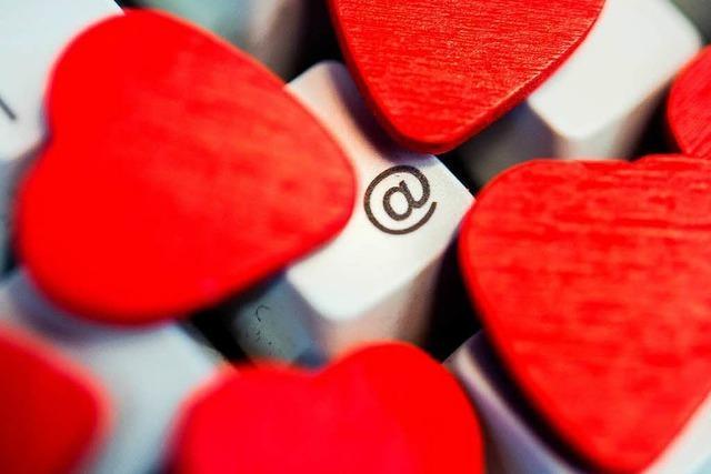 Männer und Frauen versuchen es beim Online-Dating bei Menschen, die attraktiver sind als sie