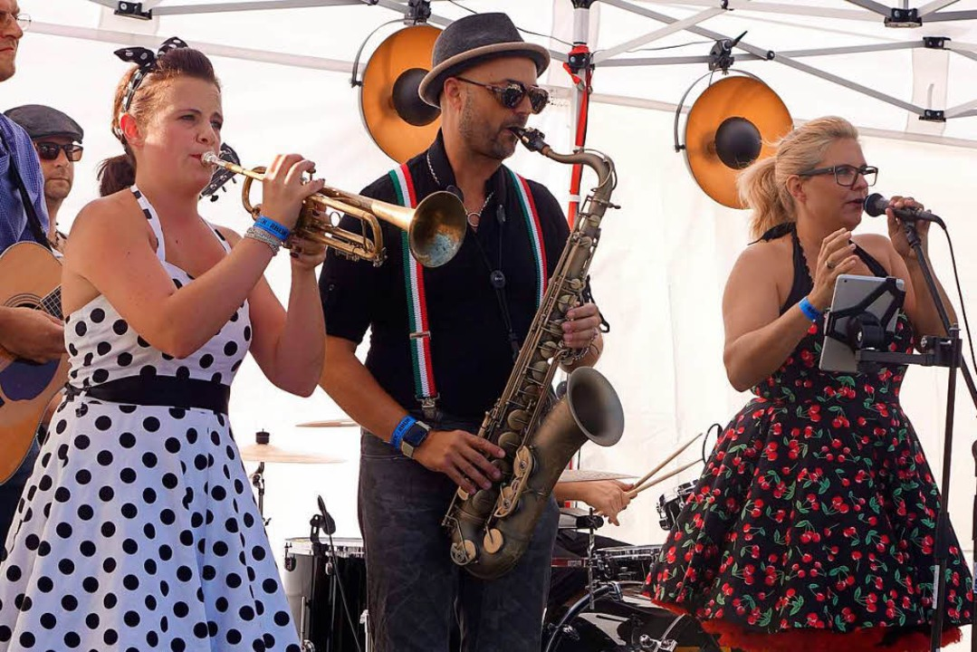 """Im Rockabilly-Stil sorgte die Band """"Chällerassle""""  für peppigen Sound.    Foto: Roswitha Frey"""