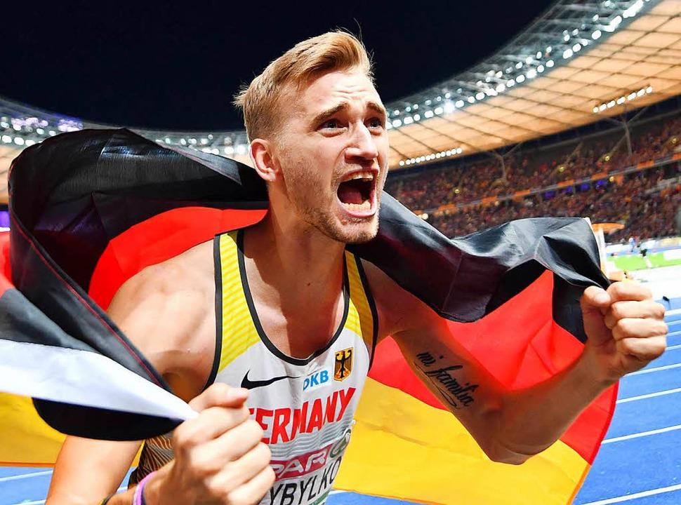 Unbändige Freude nach dem Überraschungs-Sieg in Berlin: Mateusz Przybylko  | Foto: dpa