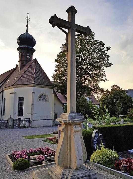 Um das markante Kreuz auf Söldens Friedhof soll es künftig mehr Platz geben.   | Foto: Steckmeister