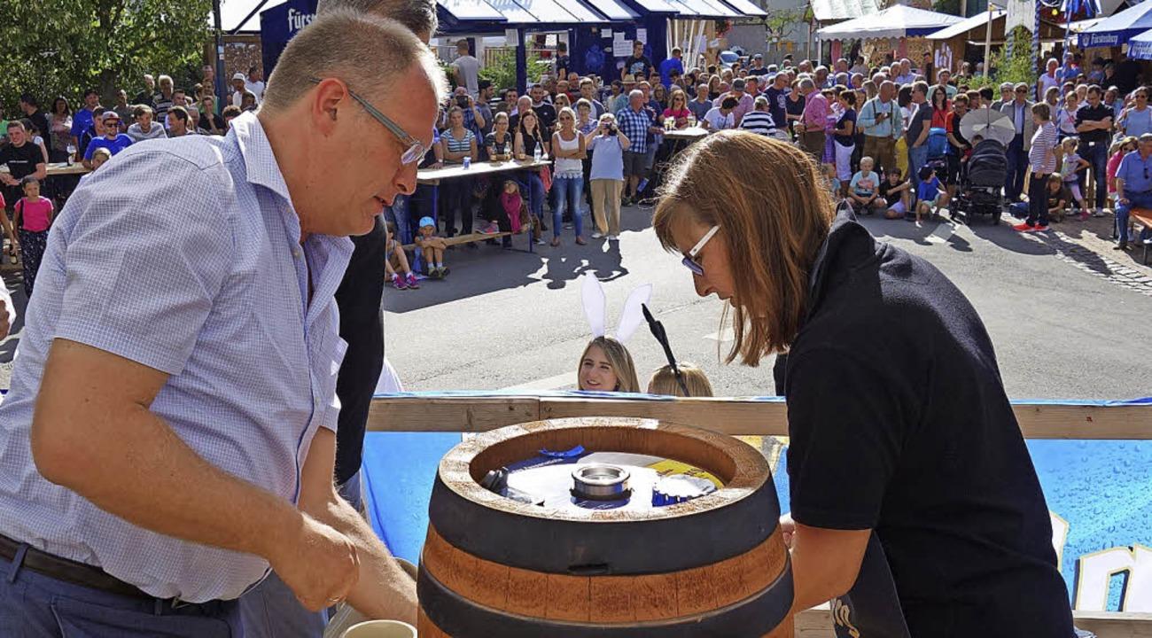 Nur zwei Schläge benötigte Sandra Fehr...ihr von Brauereivertreter Artur Welte.  | Foto: Florian Kech