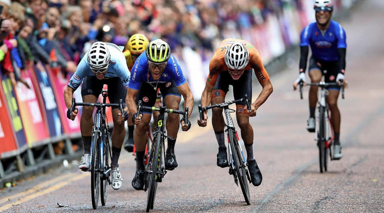 Im Spurt der Schnellste: Matteo Trentin (gelber Helm, Mitte) gewinnt in Glasgow   | Foto: dpa