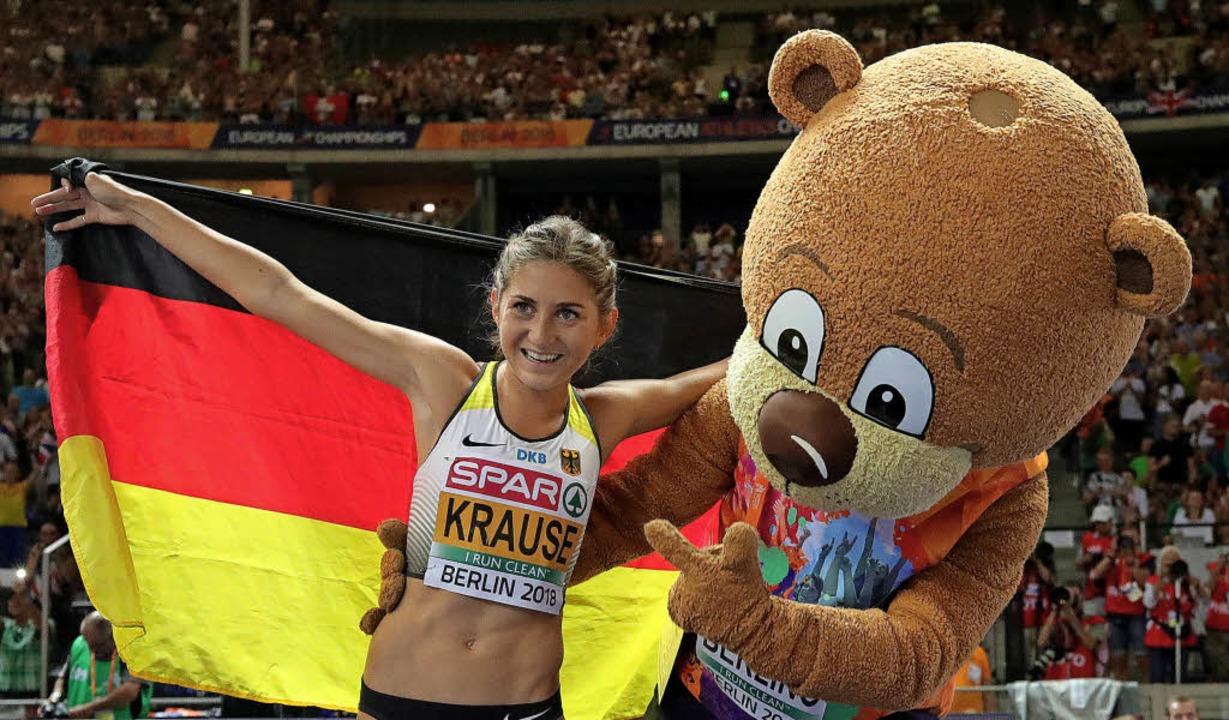 Gesa Felicitas Krause freut sich mit M...n Sieg im 3000-Meter-Hindernislauf.     | Foto: dpa