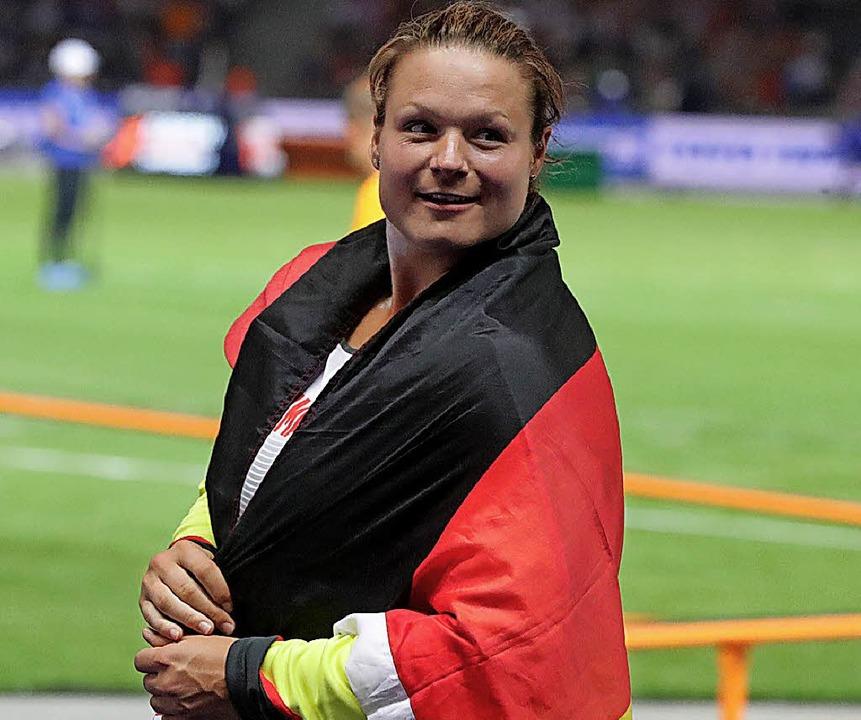 Kugelstoß-Silbermedaillengewinnerin Ch...Ausschau  nach Bundeskanzlerin Merkel.  | Foto: dpa