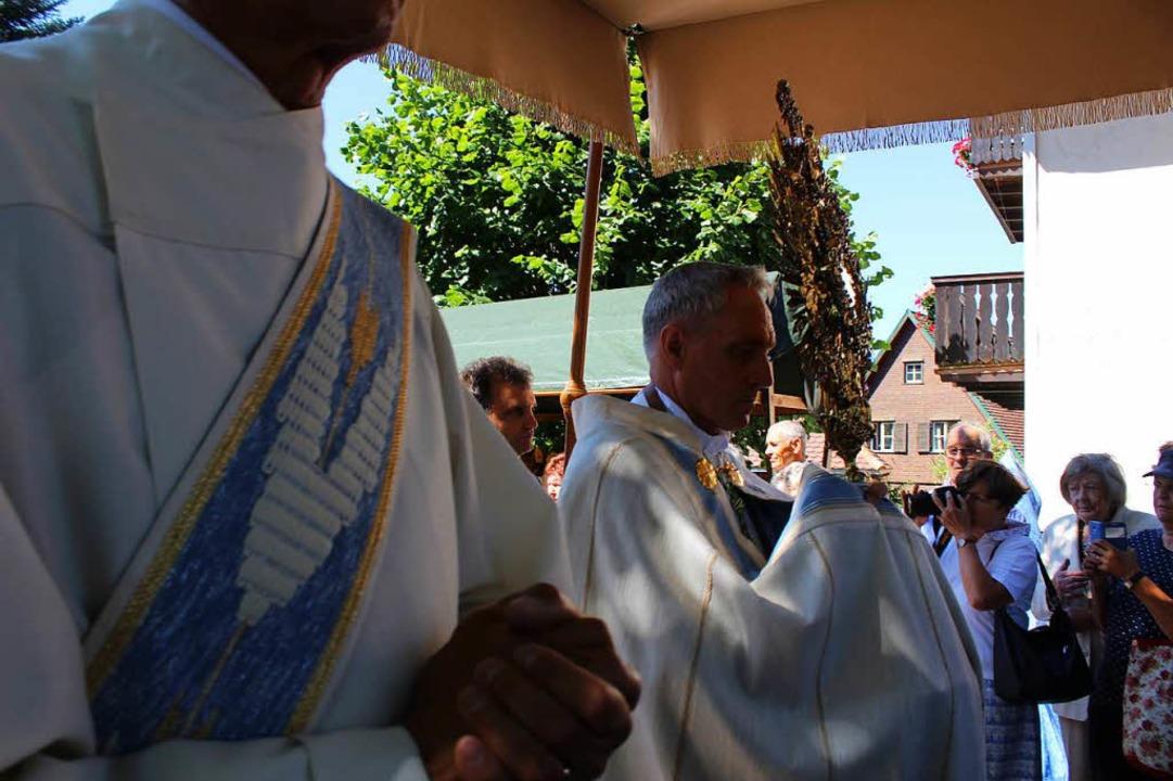 Kurienerzbischof Georg Gänswein bei der Prozession  | Foto: Erich Krieger