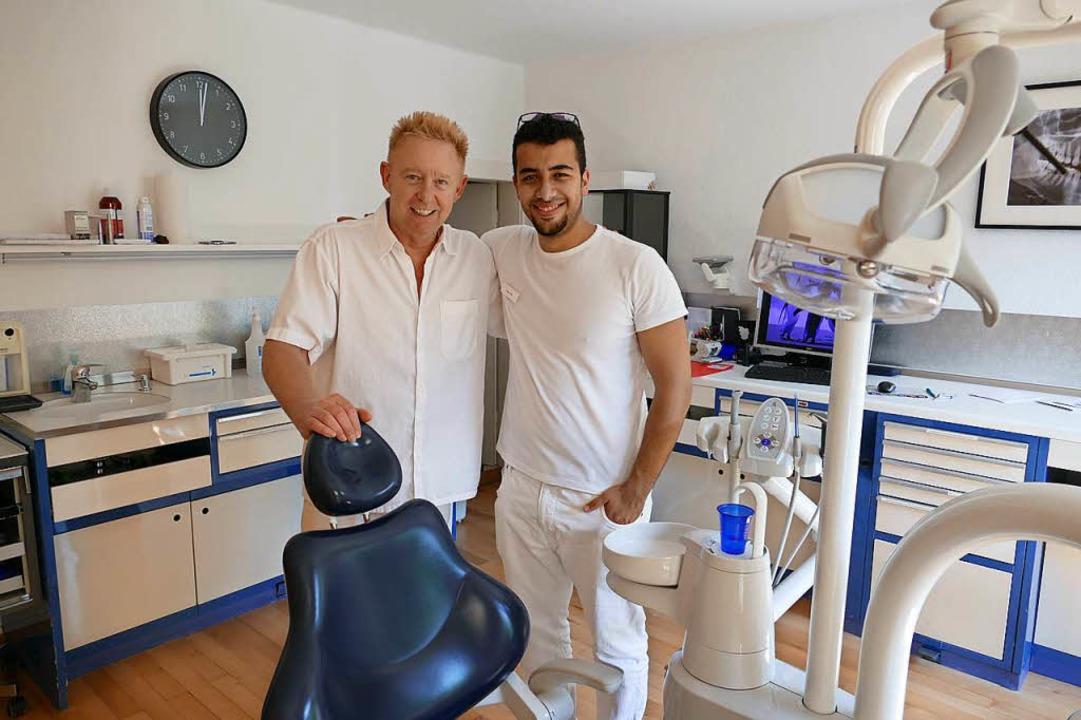 Seit Kurzem bekommt Zahnarzt Arthur Kr...raxis Unterstützung von Yasser Kridli.  | Foto: Nikola Vogt
