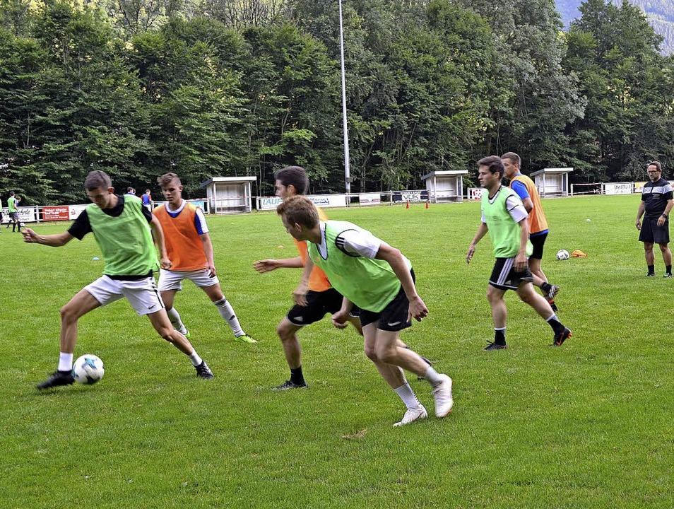 Kurzes Direktpass-Spiel bei gleichzeit...htal mit Trainer Robert Schäfer (r.).   | Foto: ban