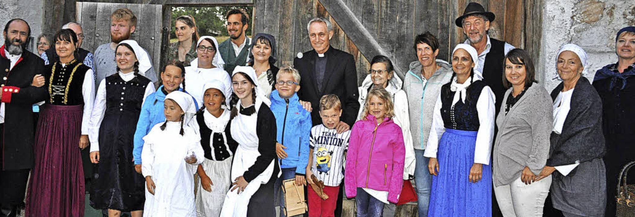Erzbischof Georg Gänswein (Mitte, hint...nbeginn die Probe im Kloster Riedern.   | Foto: Ursula Ortlieb