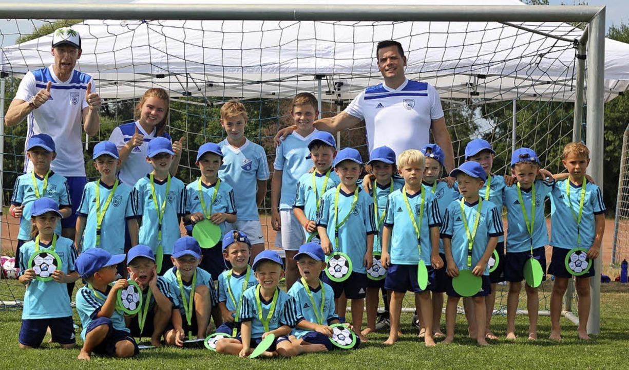 Die jüngsten Teilnehmer am Fußballcamp der SG Rheinhausen mit ihren Betreuern.   | Foto: Jörg Schimanski