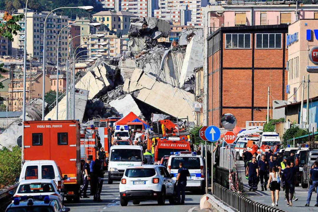 Unglück in Genua: Einsatzkräfte bergen Lastwagen von Brückenrumpf