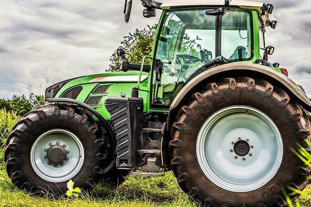 Jugendliche in Weingarten klauen Traktor – und bleiben mit ihm an einer Straßenlaterne hängen