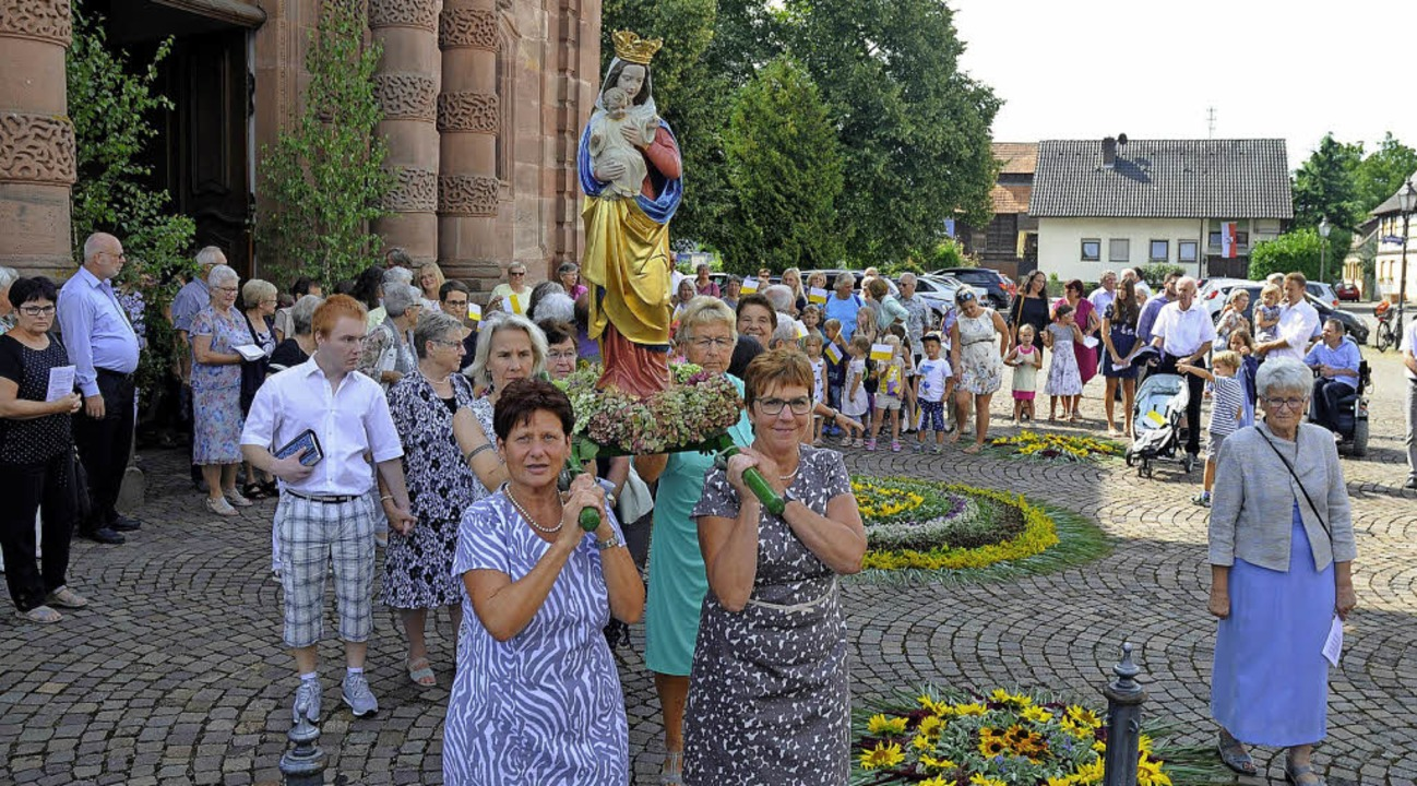 Frauen tragen in der Prozession ein Standbild der Muttergottes.   | Foto: Bettina Schaller