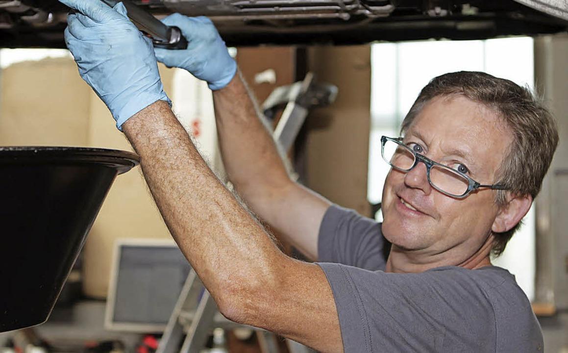 Michael Greßlin arbeitet seit 40 Jahre...etzt für seine Betriebstreue geehrt.    | Foto: Autohaus Büchle