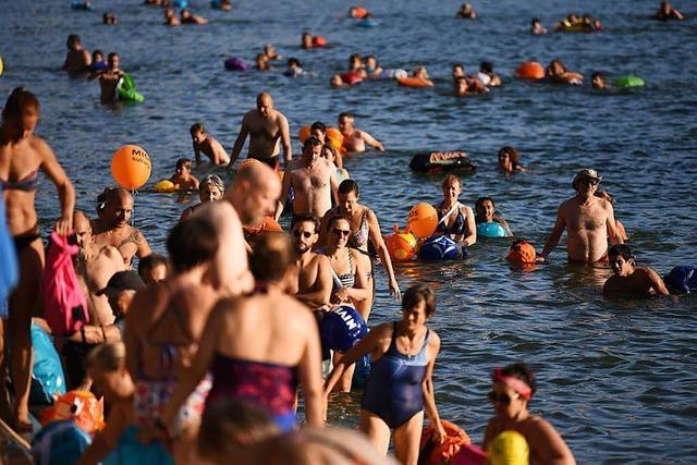Alle der knapp 4000 Teilnehmer kommen beim Basler Rheinschwimmen sicher an