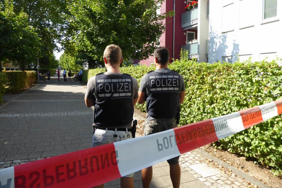 Die Polizei hatte das Gebiet rund um die Praxis abgesperrt.  | Foto: Helmut Seller