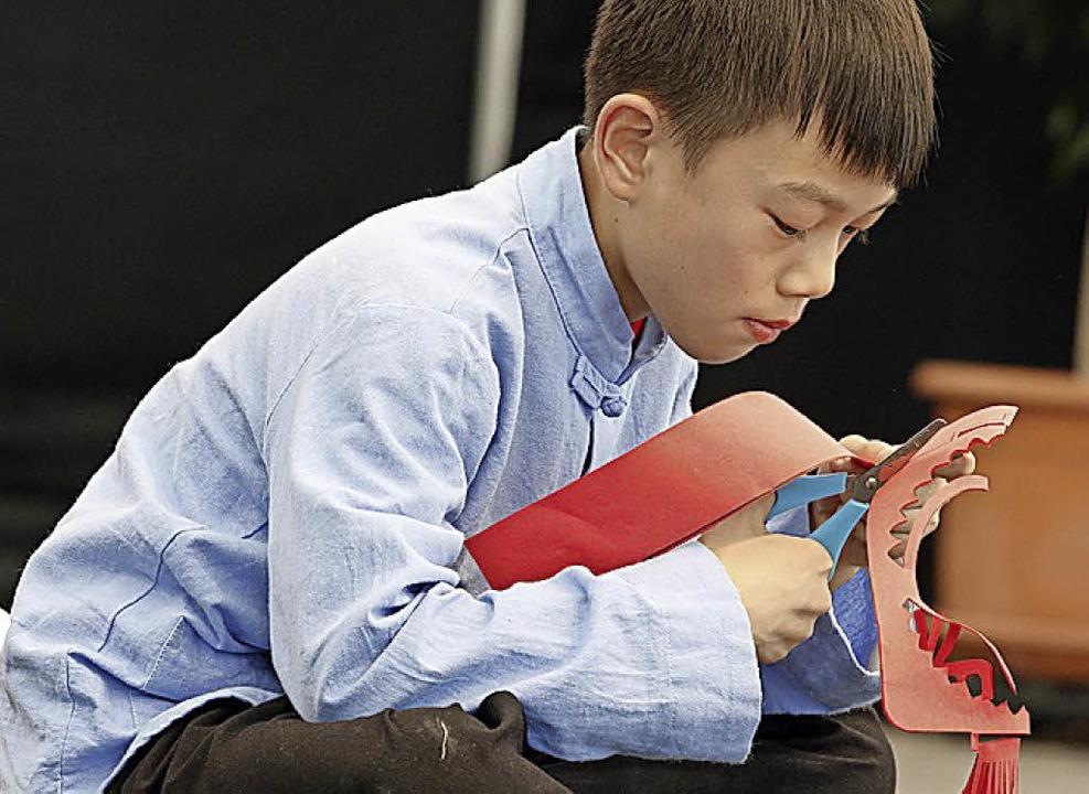 Ein junger chinesischer Papierkünstler     Foto: Heidi Fössel