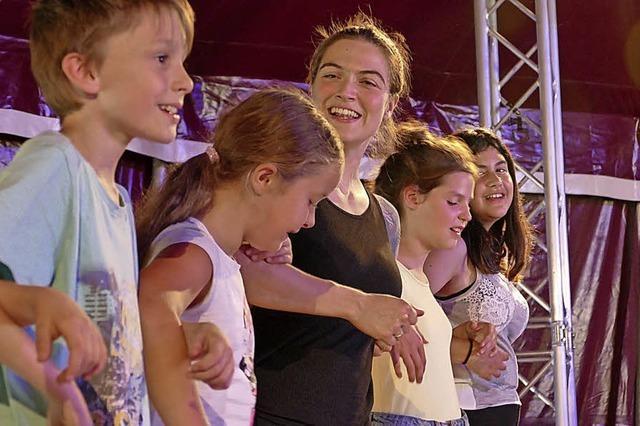 Musical-Darstellerin ist im Bunten Feriendorf stolz auf ihre Schüler