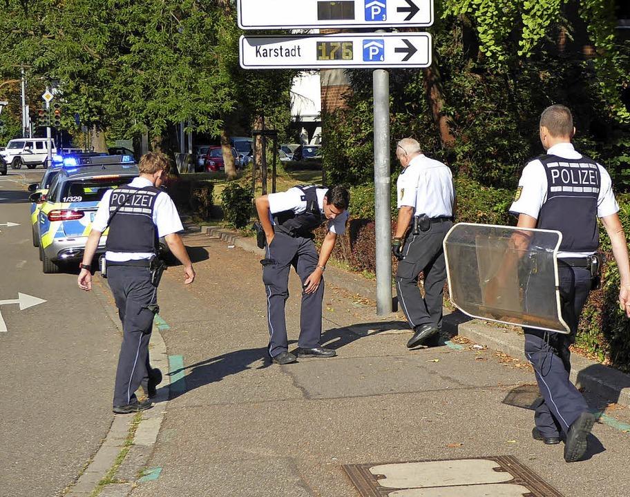 Auch entlang der Weingartenstraße such...lich haben sie ein Schutzschild dabei.    Foto: Helmut Seller
