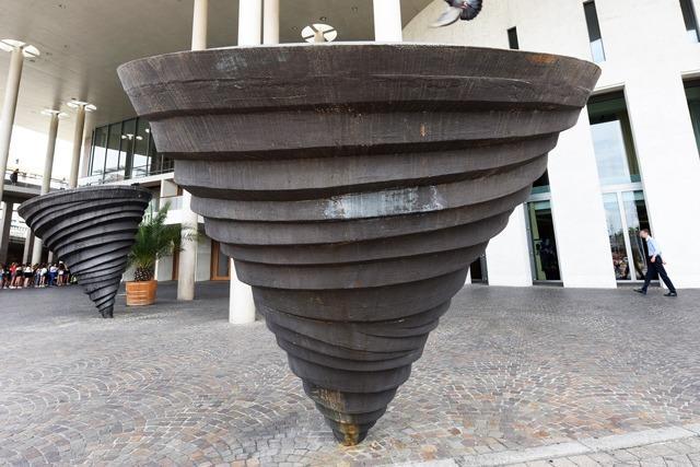 Warum stehen diese Kreisel vor dem Konzerthaus in Freiburg?