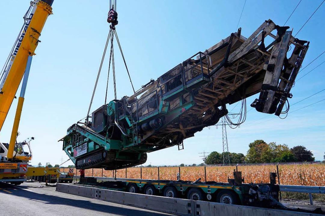 Dieser Schwertransporter ist ausgebran...e extra die Autobahn gesperrt werden.   | Foto: dpa