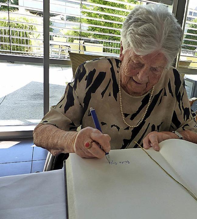 An ihrem 100. Geburtstag trug sich Eri... Goldene Buch der Gemeinde March ein.     Foto: Claudia Bachmann-GoroNzy