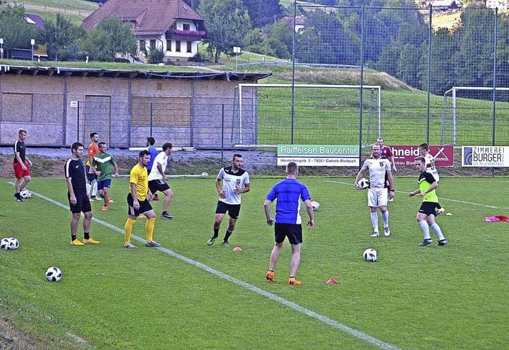 Training beim SV Biederbach auf dem Sp...ainer Tobias Ruf (Dritter von rechts).    Foto: Nikolaus Bayer